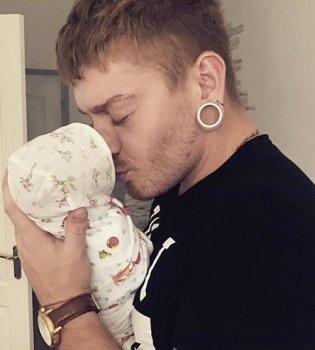 Александр Кривошапко засыпал сеть снимками с новорожденной дочерью (фото)