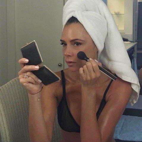 Всегда на высоте: Виктория Бекхэм делает полный макияж в туалете самолета