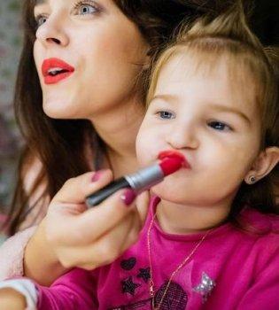Девочки такие девочки: Маша Собко учит краситься свою 2-летнюю дочь Малену