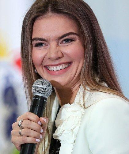 Комсомолка и просто красавица: на слете молодежи Алина Кабаева сама выглядит как студентка