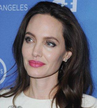 В белом платье и в обнимку с дочерьми: Анджелина Джоли блистает на кинопремьере (Фото)