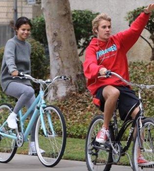 Веселимся вместе: Селена Гомес и Джастин Бибер катаются на велосипедах (Фото)