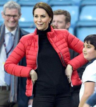 Сколько эмоций! Беременная Кейт Миддлтон повесилась на футбольном поле (фото)