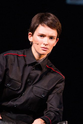 Паулина Андреева появилась на сцене с короткими волосами