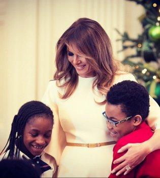 Миллион на праздничный декор: Мелания Трамп украсила Белый дом к Рождеству (Видео)