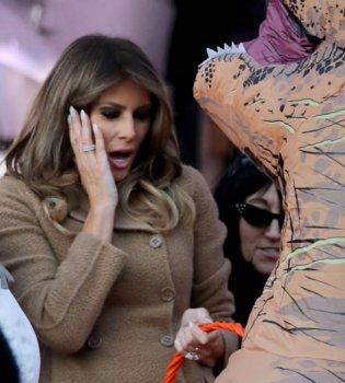 И улыбка, и удивление: эмоциональные выражения лица Мелании Трамп на празднике в честь Хэллоуина (фото)