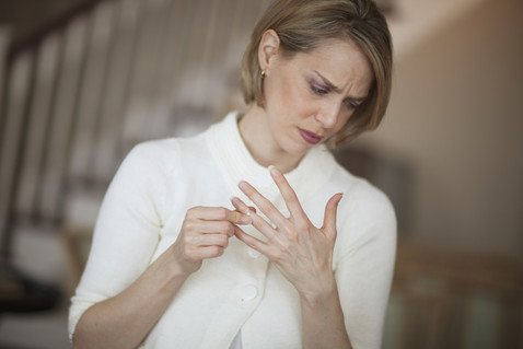Инъекции, заполняющие след на пальце от долгого ношения кольца, набирают популярность