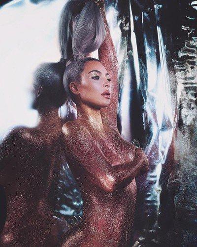 Ослепительно красива! В новой съемке обнаженное тело Ким Кардашьян прикрыто только плотным слоем глиттера
