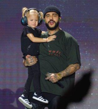 Трехлетняя дочь Тимати выступила с отцом на концерте в «Олимпийском» (Видео)