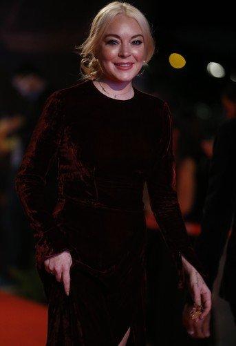 Линдси Лохан сильно поправилась, но все равно вышла в свет в обтягивающем наряде
