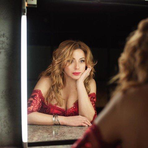Поклонники не могут отвести глаз от роскошного декольте 53-летней Алены Апиной
