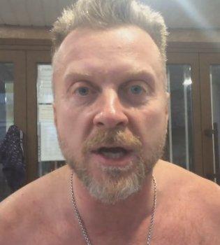 Экс-муж Снежаны Егоровой Антон Мухарский пришел в суд полностью голым