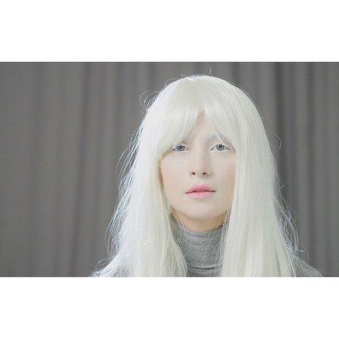Как бы выглядела жгучая брюнетка Равшана Куркова, если бы была альбиносом