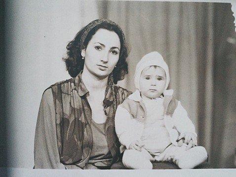 Фолловеры Айзы Анохиной считают, что ее мама в молодости — копия Анфисы Чеховой