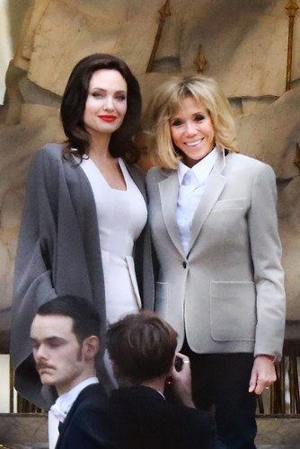 Маски-шоу: лица Джоли и Макрон выглядят неживыми благодаря активному макияжу