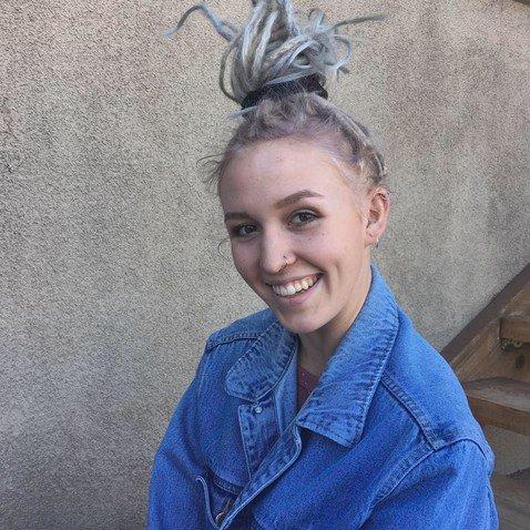 Американка показала, как выглядят ее волосы после трех лет ношения дредов