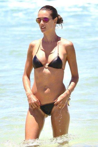 Грудь Алессандры Амбросио выглядела пышно только в пуш-апах Victoria's Secret, а в жизни онамаленькая и невзрачная
