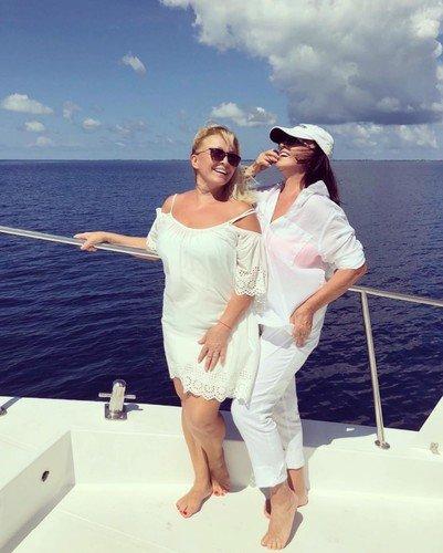 «Две очаровательные девушки»: 70-летняя София Ротару и ее 59-летняя сестра Аурика поразили фанатов моложавым внешним видом