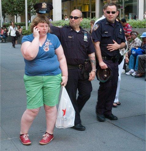 Как по-разному реагируют прохожие на людей с избыточным весом