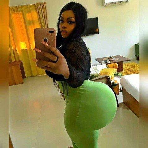 «Африканская Ким Кардашьян» иногда застревает в дверях из-за необъятных бедер и ягодиц