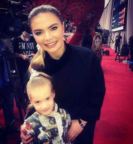 Сияющая Алина Кабаева поддержала молодых гимнасток