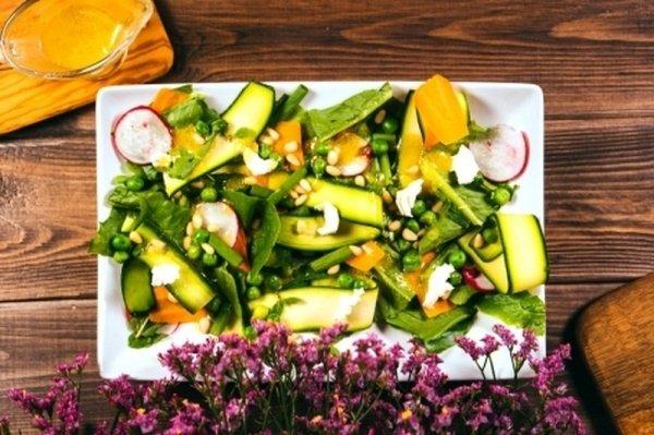 Готовим за 20 минут : легкий летний салат с пряной горчичной заправкой