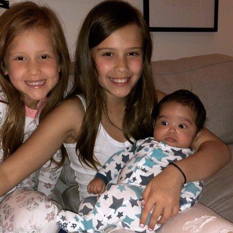 Крошка-сыночек и лапочки-дочки: фото всех троих детей Альбы умилило пользователей Сети