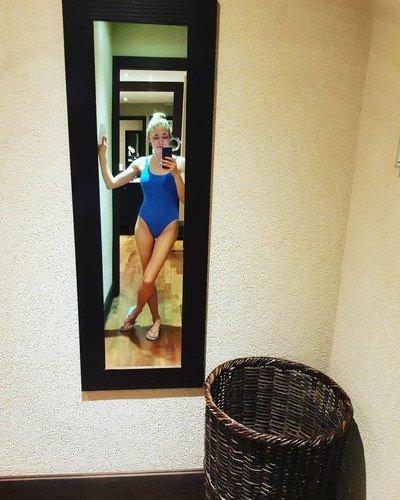 Мать троих детей Оксана Акиньшина демонстрирует соблазнительную фигуру в купальнике