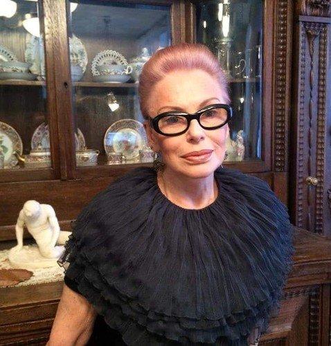 Ирина Понаровская сменила оттенок волос на розово-пепельный, но не перестала выглядеть как леди