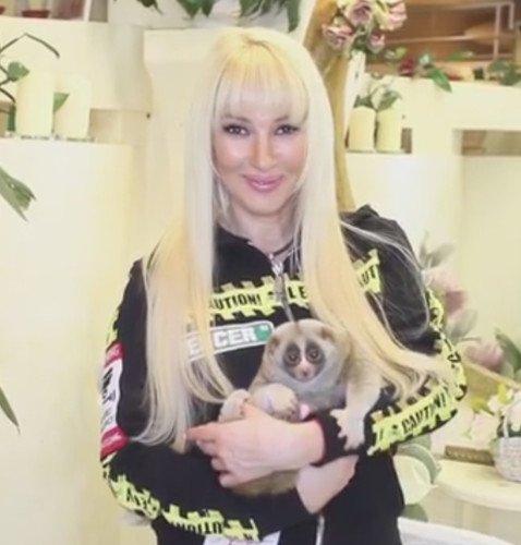 Лера Кудрявцева снова помолодела на пару десятков лет с помощью наращенных волос и челки