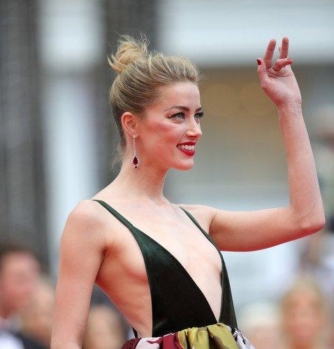 Неудачное платье Эмбер Херд подчеркнуло полное отсутствие груди