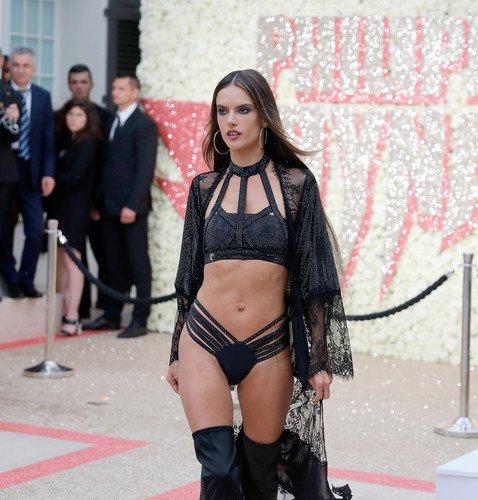 «Что с ее фигурой?»: Амбросио раскритиковали в Сети после выхода в нижнем белье на модном показе