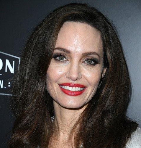 Дерматолог Анджелины Джоли рассказала, как актрисе удается в 42 выглядеть на 30, несмотря на ранний климакс