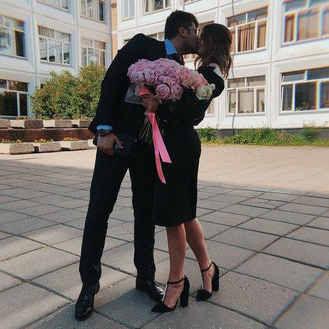 «Куда уходит детство»: повзрослевшая Саша Стриженова пришла на последний звонок на высоких каблуках и в компании бойфренда