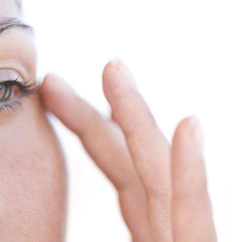 Какие привычки ускоряют старение кожи вокруг глаз: от сна на боку до водостойкой туши