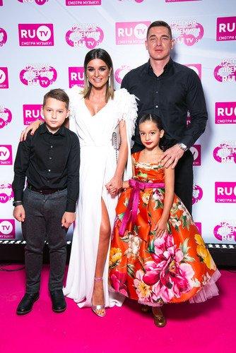«Как матрешка»: пользователи Сети обсуждают макияж и наряд 8-летней дочери Ксении Бородиной  на премии RU.TV