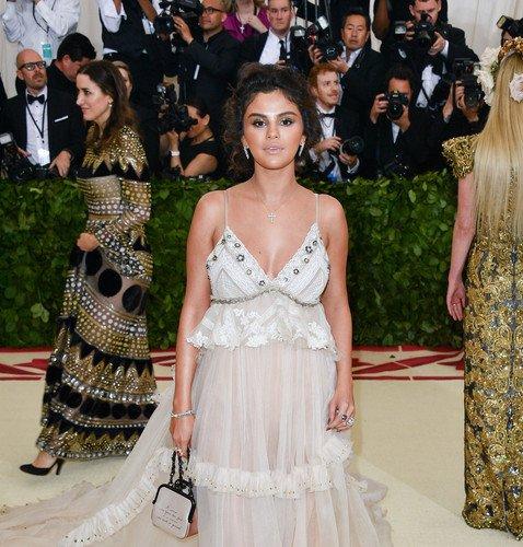 Из-за неудачного мейкапа лицо Селены Гомес на Met Gala 2018 сравнили с подгоревшим блином
