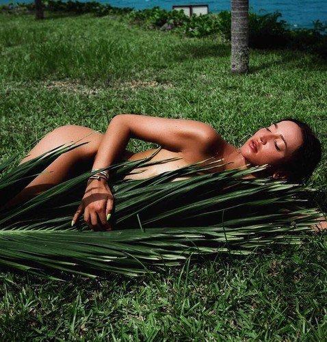 Чем ближе роды Анастасии Тарасовой, тем больше голых фото публикует Ольга Бузова