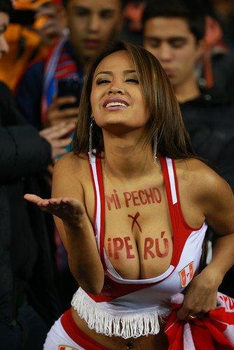 Горячие мячи: перуанская болельщица оголяет грудь каждый раз, когда ее команда забивает гол