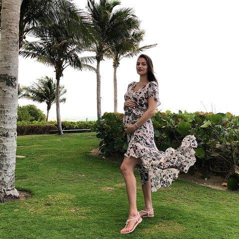 Подтвердив беременность, Анастасия Шубская стала с удовольствием показывать округлившийся живот
