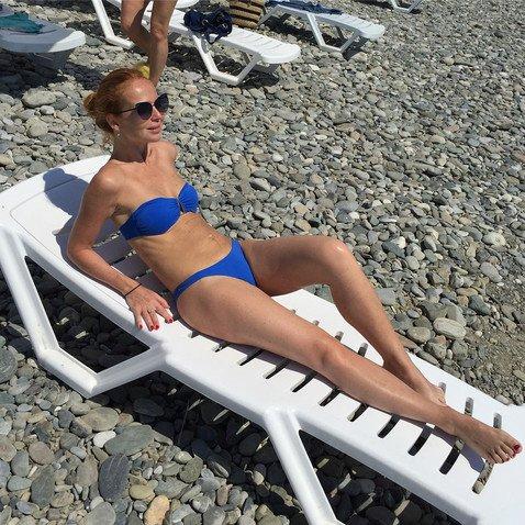 Спустя полгода после родов 42-летняя Елена Захарова показала подтянутую фигуру без грамма лишнего веса
