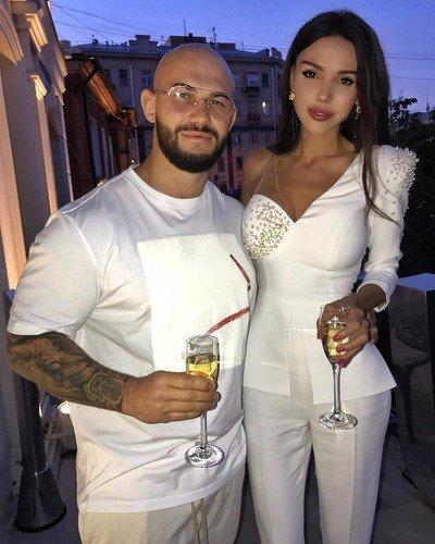 «Нас это не парит»: Оксана Самойлова прокомментировала разницу в росте с мужем