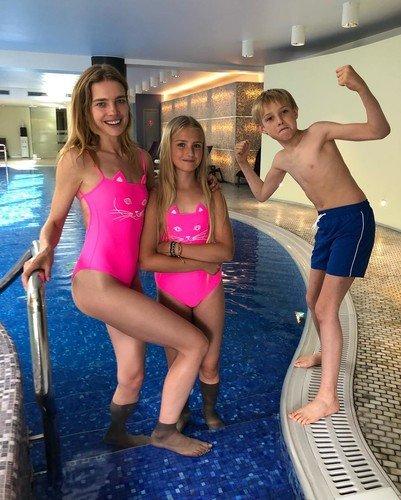 Наталья Водянова выглядит как подросток в детском купальнике