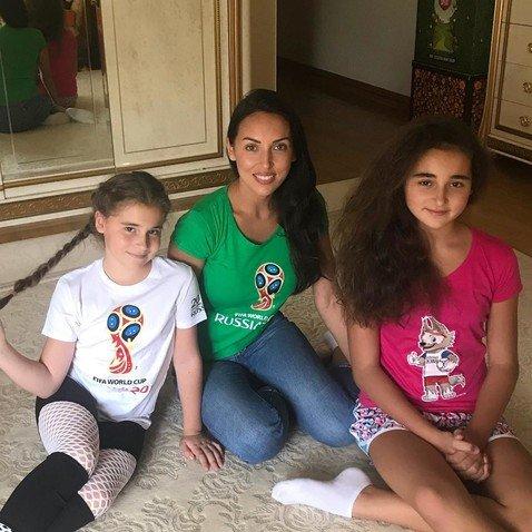 «Как сестра!»: вечно цветущая Алсу выложила фото с повзрослевшими дочками