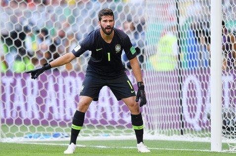 Вратарь сборной Бразилии вскружил голову миллионам пользовательниц Сети, но он такой не один