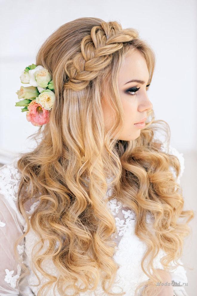 Весенне-летние варианты причёсок для девушек