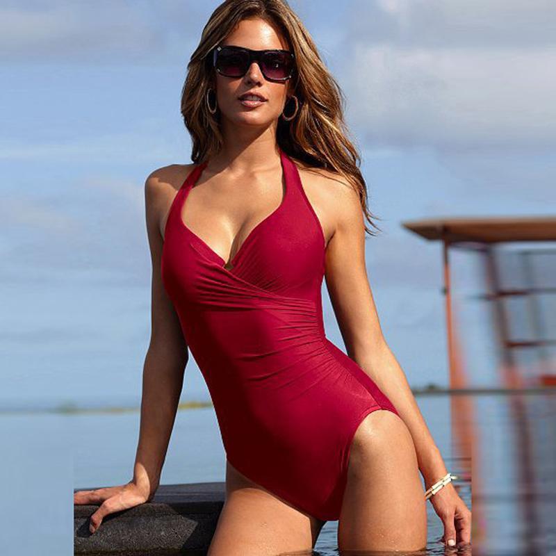 Красные купальные костюмы для красоток