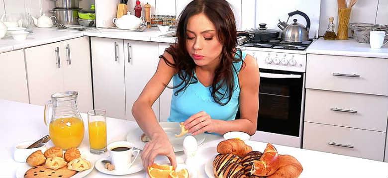 Какие утренние привычки мешают похудеть.